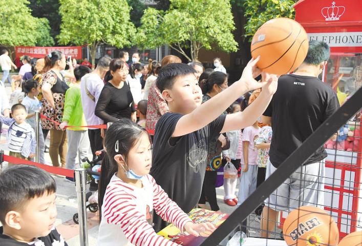 东湖新城社区首届邻里感恩节热闹开场
