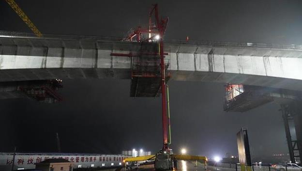 跨长江防汛险段黄广大堤 鳊鱼洲长江大桥引桥合龙