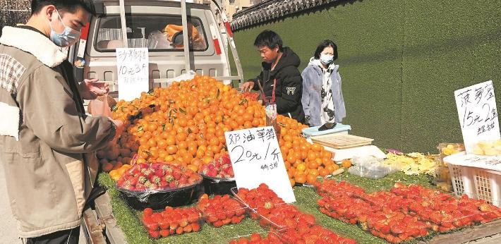 本地出产量大 武汉产草莓上市旺季市民享口福