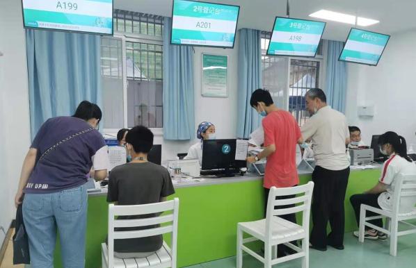 记者实地探访武汉12-17岁人群新冠疫苗接种有序推进