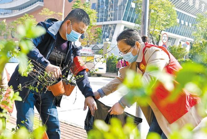 """""""清理牛皮癣 周末大扫除""""武汉市志愿者们在行动"""